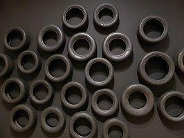 kunst-minimalisme-schilderij, wandobject met autobanden-Armando-3.jpg